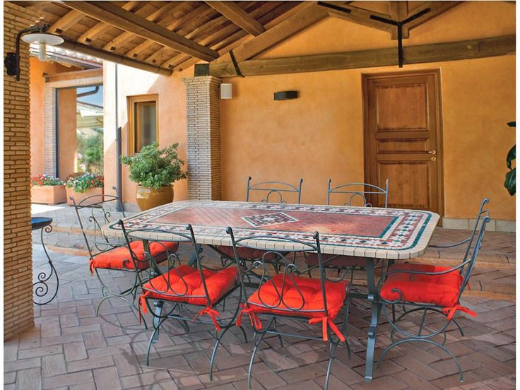 Tavolo in mosaico per patio o giardino. Misura 220x110cm, con poltrone in ferro battuto. #mosaic #table #iron #chairs #patios