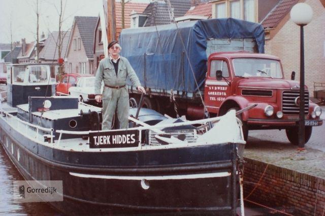 Steffen op zijn beurtschip de Tjerk Hiddes. Op de wal staat zijn vrachtauto.