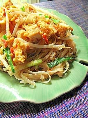 楽天が運営する楽天レシピ。ユーザーさんが投稿した「本格タイ料理!タイ式焼きそば~パッタイ~」のレシピページです。日本人に限らず外国人に大人気の、ちょっと甘めのタイの焼きそばです。お好みで海老や豚肉を一緒に炒めると更に美味しくなります。。パッタイ。センレック(中太ビーフン),卵,厚揚げ,もやし,にら,にんにく,桜エビ,砕いたピーナッツ,*スープストック,*ナンプラー