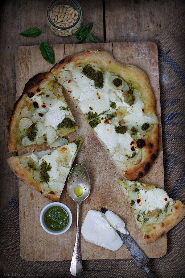 Pizza bianca patate, pesto e stracchino.