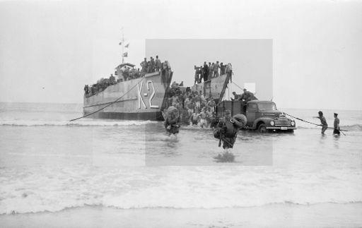 Villa Bens,10-1-1958.- Guerra de Ifni. Un buque anfibio descarga material para las tropas españolas en las proximidades de Cabo Juby. EFE/jt
