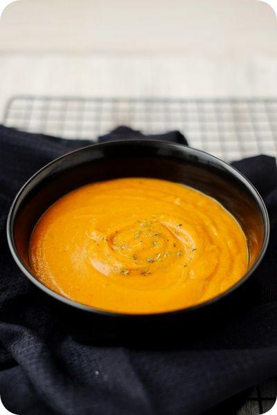 Suppe aus ofengerösteten Zucchinis, Tomaten und Kürbis