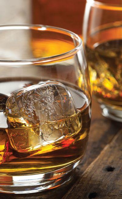 Gi bort et gavekort på whiskysmaking i luksusformat. Han vil garantert sette pris på en smaking av sjeldne whiskysorter av den ypperste kvalitet, passer for en ekte livsnyter.