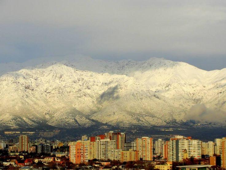 Desde el sector de Ñuñoa en Santiago de Chile se puede ver el majestuoso entorno natural que rodea la ciudad , La Cordillera de Los Andes.
