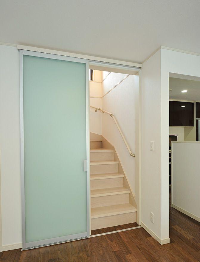 リビング階段に引き戸を設けて冷暖房効率をアップ 半透明な素材なので
