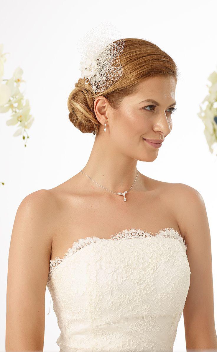 Modern headpiece 2462 with small flower and mini veil from Bianco Evento #biancoevento #hairstyles #weddingaccessories #hairjewellery #weddingideas #bridetobe