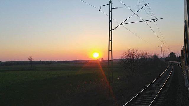 Ha követtek Instán, akkor készüljetek fel a naplemente mániámra... 😍☀🌆✋ ···#areyouready #sunsetlover #sunsetmania #sunsetporn #iminlovewithsunsets #bestmoments #sunsets #sunsetpost #sunsetphotography #sunsetoftheday #mik #naplemente #sokfotolesz #lifestyle #hungarianblog #magyarblog
