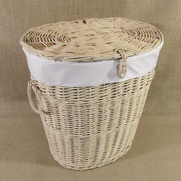Kremowy wiklinowy kosz na bieliznę obszyty materiałem w kol. białym