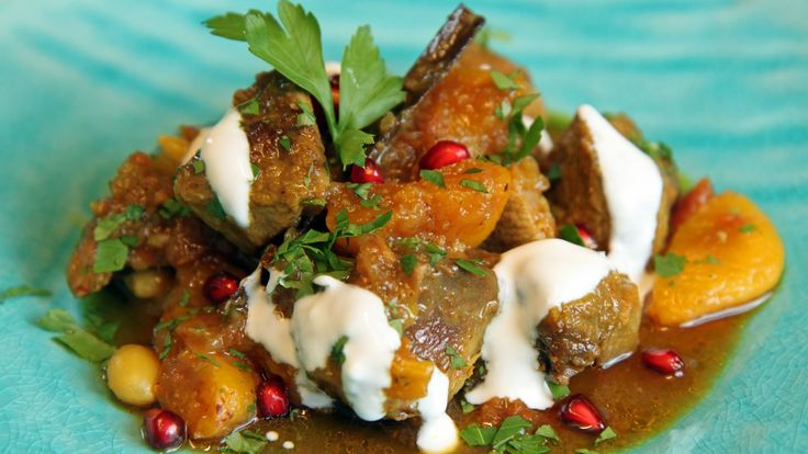 Med harissa, som er en sterk chilisaus med røtter i Nord-Afrika, blir lammegryten en annerledes smaksopplevelse. Lise Finckenhagen lager lammegryte med aprikoser, mandler og tomater.