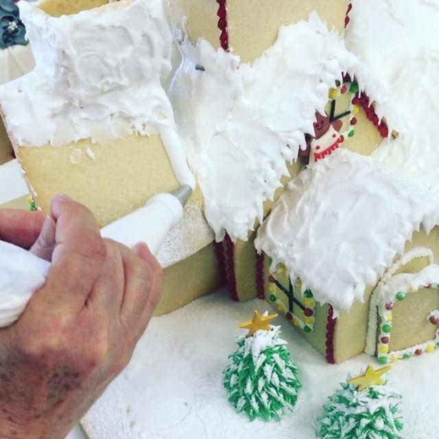 Christmas preview #christmas #christmastime #christmastime #christmastree #christmasideas #foodart #foodideas #cakepops #instavideo #cakedesigner #cakedesign #cakedesigners #foodlove #instafood #foodinspiration #foodart #house #gingerbreadhouse #gingerbread #cakesofinstagram