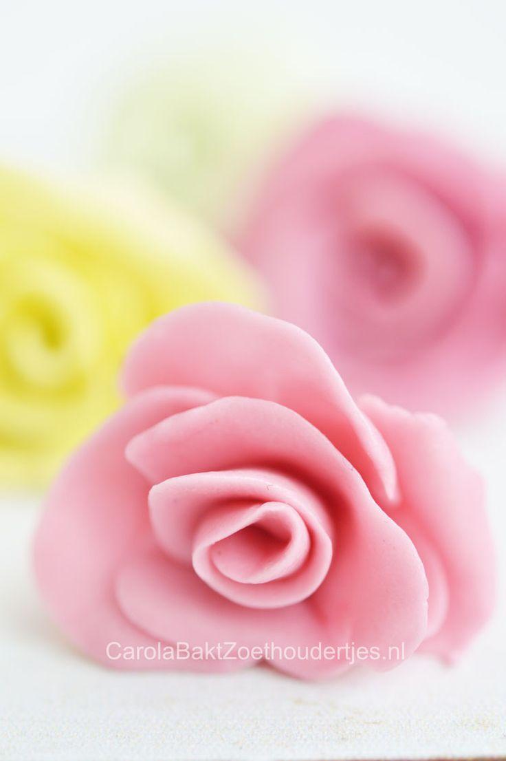 How to make roses of soft candybar   Roosjes maken van Fruittella - Carola Bakt Zoethoudertjes