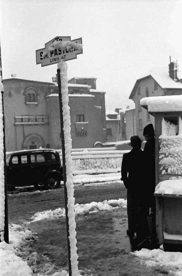 În așteptarea autobuzului iarna, în cartierul Cotroceni, pe zăpadă. Fotografie de Willy Pragher, 1939.