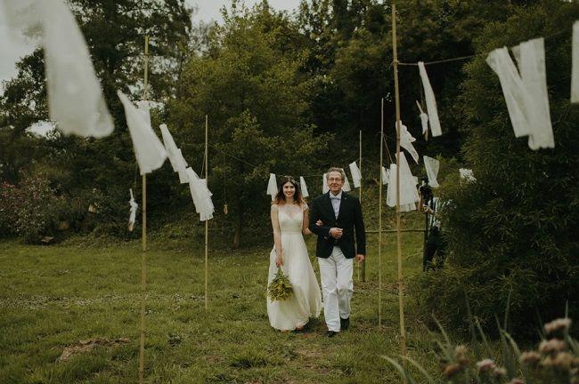 Tule wappert zo fijn in de wind. Bruiloftsweekend Real Wedding - Girls of honour // Fotograaf: Melisssa Milis