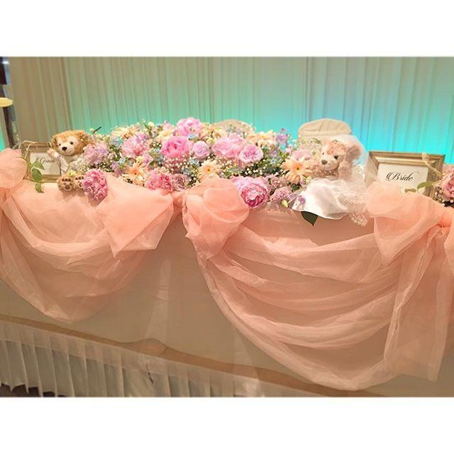 ⑅ 式の小物も思い出に残していきまする * プランナーさんと あーでもないこーでもないて 夜遅くまで考えて1から作って、 お母さんに縫うてもらった 高砂チュール ✩ * こんなんがいいなあっ ていうイメージを 形にしてもらえて幸せ ☺️ ⑅ #結婚式#wedding#結婚式DIY#メインテーブル#高砂#チュール#オーガンジー#リボン#装花#お花もりもり#かすみ草#brides#groom#フォトフレーム#ダッフィー#シェリーメイ#ウェルカムドール#お気に入り#weddingtbt#tbt