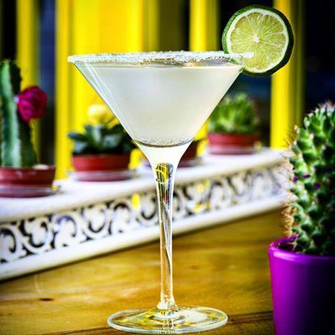 Uno de nuestros cocteles favoritos de @la_chelinda son las margaritas. Combinación perfecta de lima, tequila y triple sec la puedes tomar frozen o de coctelera. Ven a probar la mejor Margarita de España !!!! #drinks #margarita #tequila #sal #limon #restaurante #lachelinda #foodie #foodporn #bebidas #food #coctail #cocktail #bar #igersmadrid #igersspain #instagood #instalike #love #yum #delicious #tacos