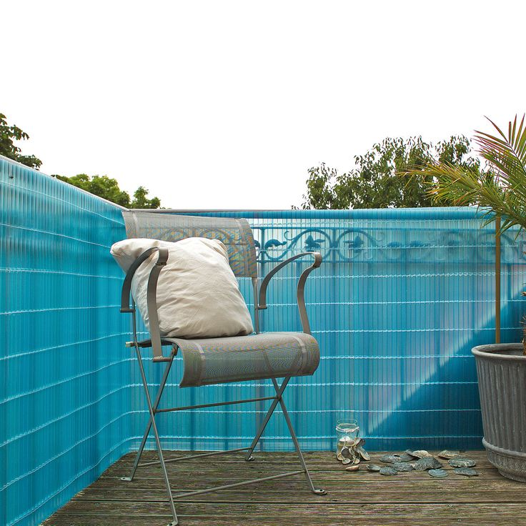 Diese Sichtschutzmatte mit Montageset aus transparentem, leuchtend azurblauen Kunststoff bringt besonderen Glanz und die Impression von Wasser und Meer auf Ihren Balkon. Die neuen Sichtschutzmatten aus transparentem, azurblauen...
