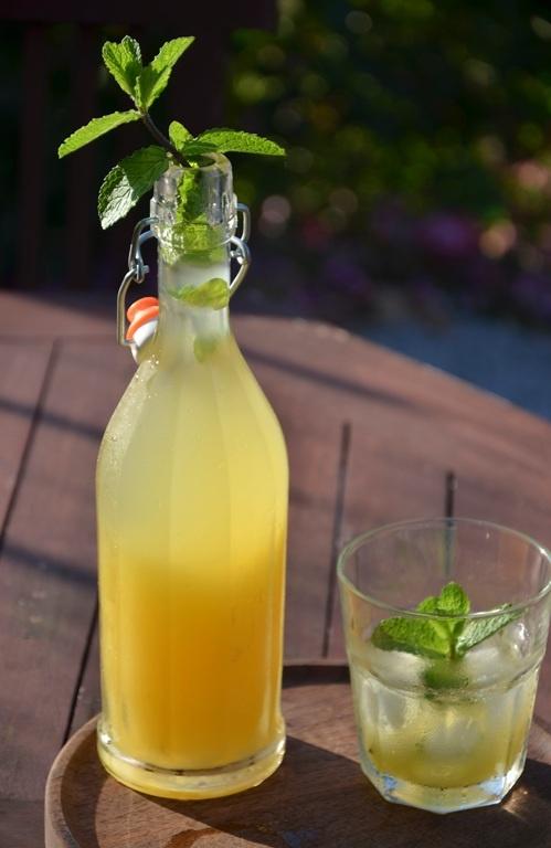 Mango Lemonade  http://paprikapaprika.blogspot.it/2013/06/limonata-di-mango.html