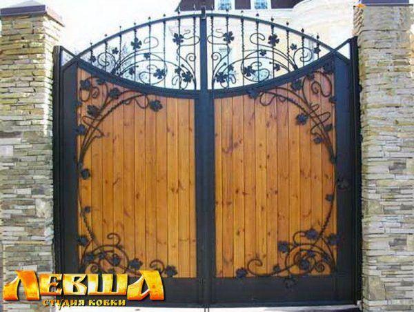 Кованые ворота с деревом. Студия ковки <Левша> г. Москва