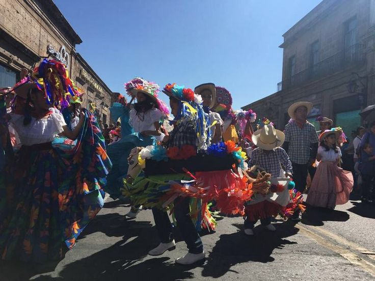 En un ambiente de fiesta, color y música, miles de familias morelianas disfrutan del cuarto desfile de Toritos de Petate en su edición 2017 – Morelia, Michoacán, 25 de febrero ...