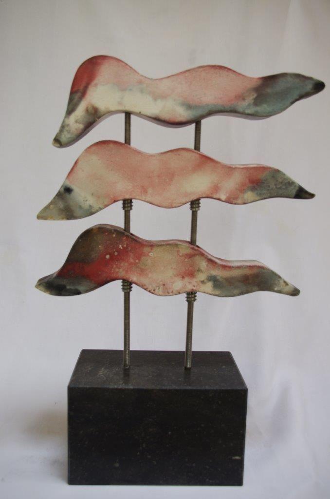 Annemarie van Noort. Waves - 2. golven geinspireerd door zee en branding Keramiek/hardsteen/rvs