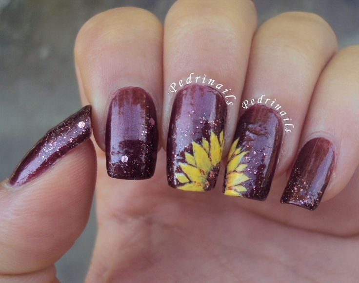 Le due metà di un girasole - handpainted sunflower nail art with glitter placement  http://pedrinails.blogspot.it/2014/09/3-endless-summer-nail-challenge-flowers.html