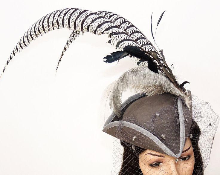 Fascinator Hütchen mit Federschmuck Damenhut mit Schleier und Edelfasanfedern Perückenhut Gothic Cotoure von Maskenzauber auf Etsy