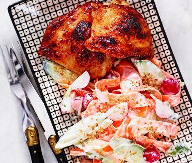 En färgsprakande och krämig rätt där den goda kycklingen marineras i soja, chilipulver, olja och honung, för att sedan tillagas i ugnen. Till kycklingen serveras krispiga grönsaker i en krämig gräddfilsås: gurka, morot och rädisor. Rostade sesamfrön ger en nötig karaktär till rätten. Hoppas det ska smaka!