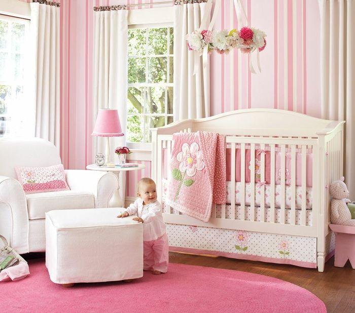 kinderzimmer gestalten babyzimmer für kleines baby mädchen rosa zimmer mit großem fenster decke bett baby