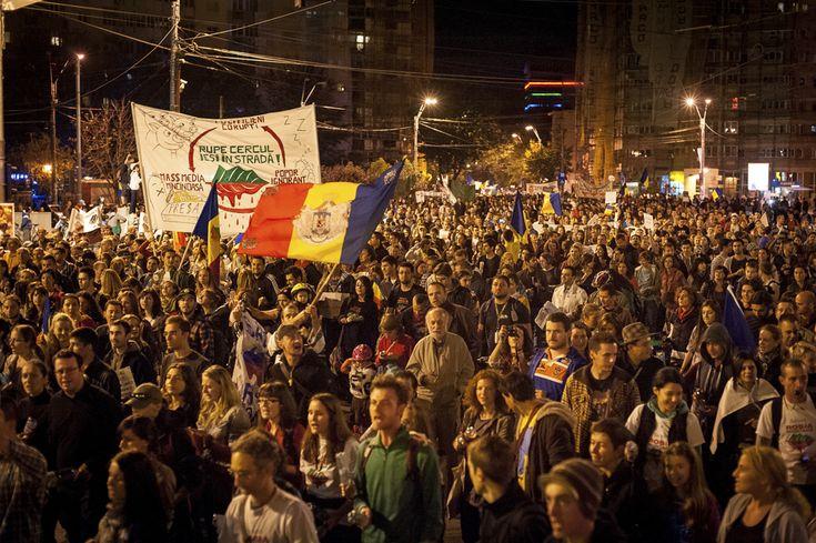 Persoane demonstrează în cea de-a 22-a zi de proteste faţă de proiectul minier de la Roşia Montană, în Bucureşti, duminică, 22 septembrie 2013. (  Tiberiu Crişan / Mediafax Foto  ) - See more at: http://zoom.mediafax.ro/news/protestele-lunii-septembrie-11383258#sthash.esA6UFQJ.dpuf