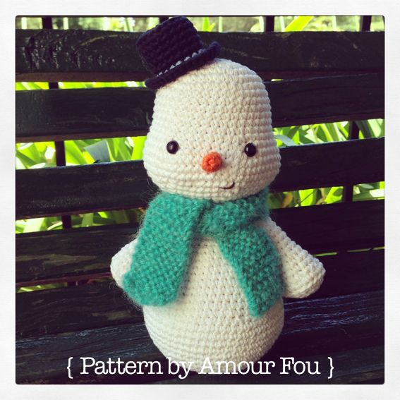 Muñeco de Nieve Amigurumi Patrón Gratis en Español aquí: http://blog-amourfou-crochet.blogspot.com.ar/2014/03/patron-gratis-y-si-hacemos-un-muneco.html?m=1
