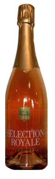 SÉLECTION ROYALE Vin effervescent élaboré selon la méthode traditionnelle auquel nous avons ajouté un sirop de cassis de qualité. D'un rose délicat, ses bulles sont fines, persistantes et sa mousse crémeuse. Une belle fraîcheur en bouche est accompagnée d'un fruité joliment défini sur des notes de cassis, de framboise et de fraise. #bulles #champagne #royal #quebec #magog