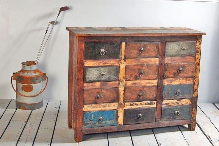 Byrå med tolv lådor av fantastiskt återvunnet trä