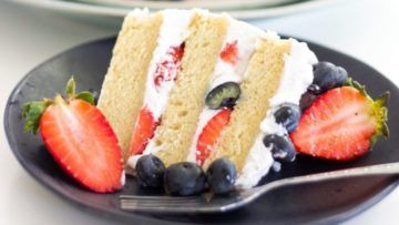Nobody will be able to resist this delicious vanilla cake with coconut frosting and fresh berries! It's moist, creamy and super tasty! A wonderful cake that even omnivores won't notice that is vegan! #vegan #veganrecipes #cake #fruits #coconut #cream #dessert