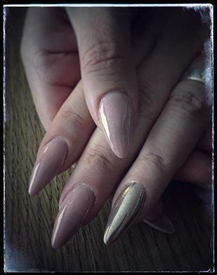 Lene har lavet et flot sæt gele negle med chrome negle pigment glimmer i nude farve. Lene har taget sit negle kursus hos Nail4you