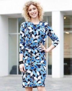 Jersey kjole med let vandfald og læg Super klædelig kjole med let vandfald ved halsudsæring og drapering ved maven. Den fungerer super godt i stoffer med stræk. - stof2000.dk