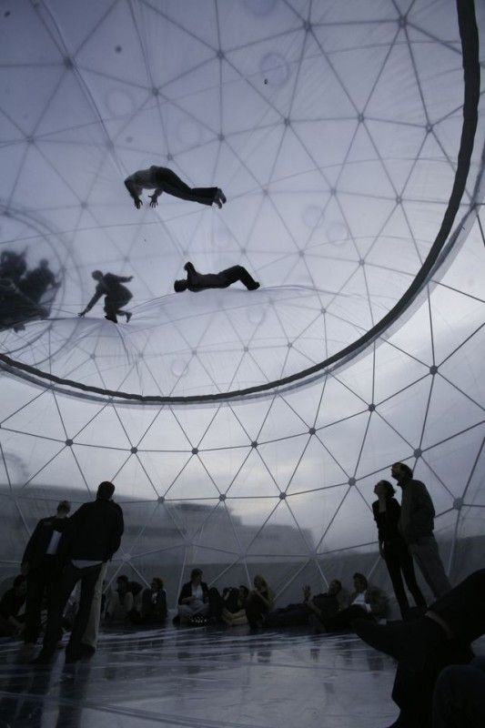 For his new installation at the Hamburger Bahnhof, Saraceno has created a utopic world of inflatable domes and levitating gardens.