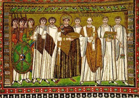Justiniano, acompañado por los dignatarios de su corte imperial, ofrenda una paterna de ora a San Vital. Es un mosaico en el que podemos apreciar el arte de la época, el uso de colores oscuros y de pocos colores, hacen que podamos darnos cuenta de cómo era la sociedad de la época.