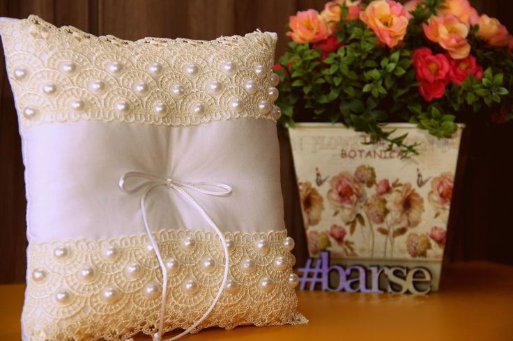 A pérola traz requinte ao casamento. Um toque especial na decoração e nos detalhes. Medida da almofada: 20x20