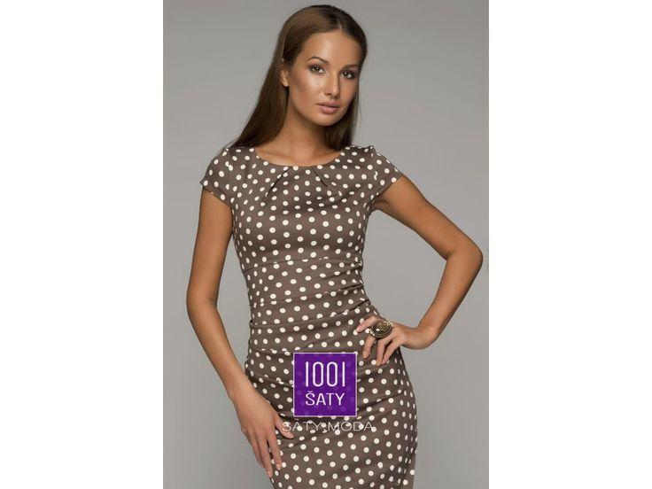 Koktejlové šaty Molly jsou inspirované vintage stylem a typickou anglickou elegancí. Koktejlky v retro trendu zaručeně podtrhnou ženskou siluetu a výrazný vzor s puntíky upoutá pozornost. Šaty s krátkými rukávy se perfektně hodí jak do práce tak i do divadla. Jsou vyrobeny z příjemného materiálu a mají řasení na boku, které ozvláštní už tak zajímavý střih šatů.