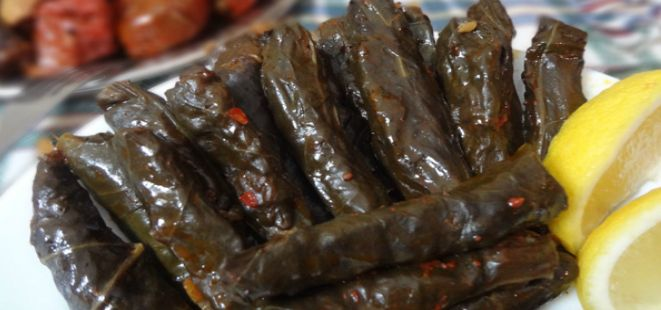 Bu lezzetli tarifi bizimle paylaştığı için takipçilerimizden Güler hanıma çok teşekkür ederiz :) Etli Pazı Sarması.. Not: Orjinal tarifinde 3 yemek kaşığı nar ekşisi yazmakta fakat biz bu tarifte yaklaşık yarım çay bardağı kadar nar ekşisi kullandık. Sizde nar ekşisinin tadını seviyorsanız miktarını arttırabilirsiniz. http://www.yemekhaberleri.com/etli-pazi-sarmasi/