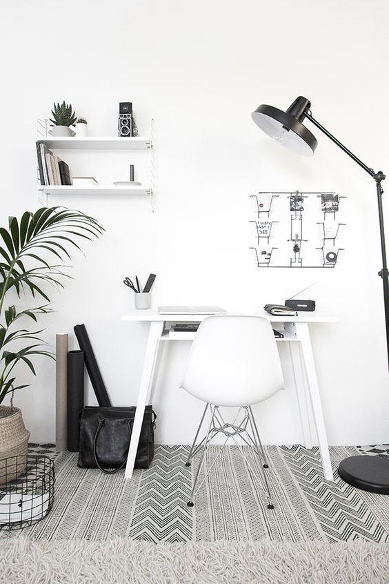 Usar una lámpara de pie para iluminar un escritorio