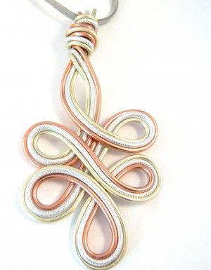 Handgemaakte hanger van aluminium draad! Kijk op de website van feliva voor meer sieraden