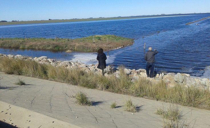 El agua ya rebalsa el reservorio de la obra de los Daneses
