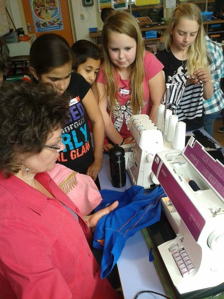 Samen met Ine Philipsen van www.demijne.nl (textielatelier) werkten leerlingen van groep 5 6 aan het opleuken van een vestje.
