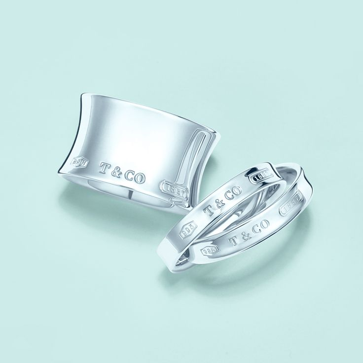 Simple, clean designs always ring true. Tiffany 1837™ wide and interlocking circles rings in sterling silver.