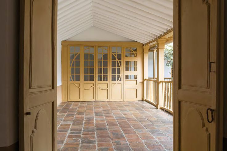 Los goznes, la madera, las formas y los elementos de articulación de puertas y ventanas son piezas originales que restauraron y expresan una época en particular.
