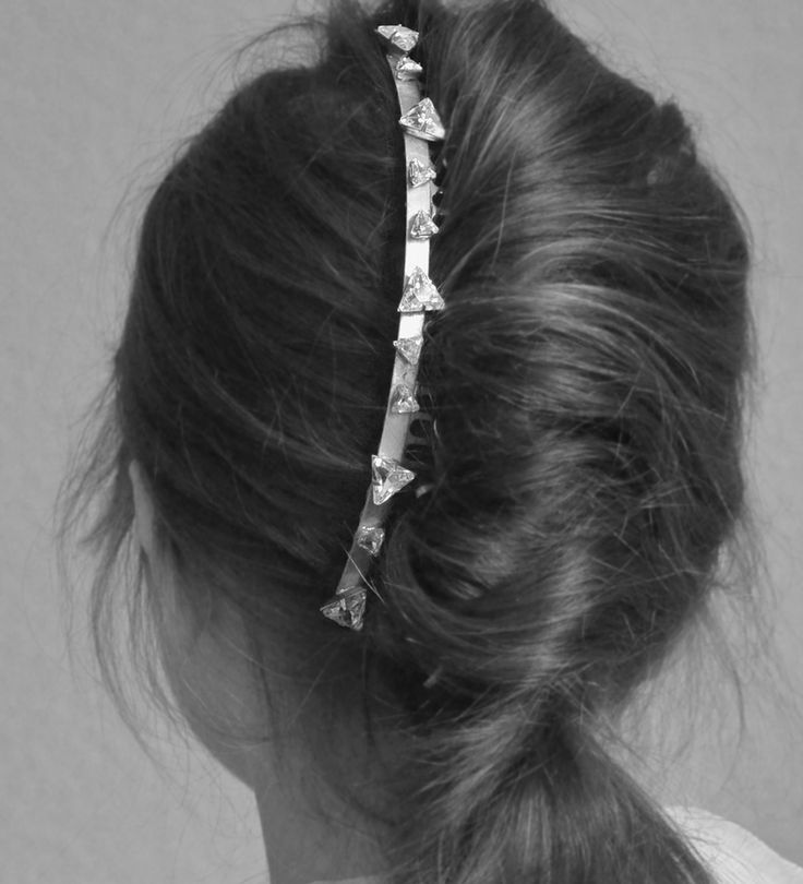 M E R I D I E N | Bridal hair accessories for cool and stylish brides   Design by Orchidée de Soie   #coolbride #madeinfrance #modernbride #newhairstyle #hairstyle #minimalbride