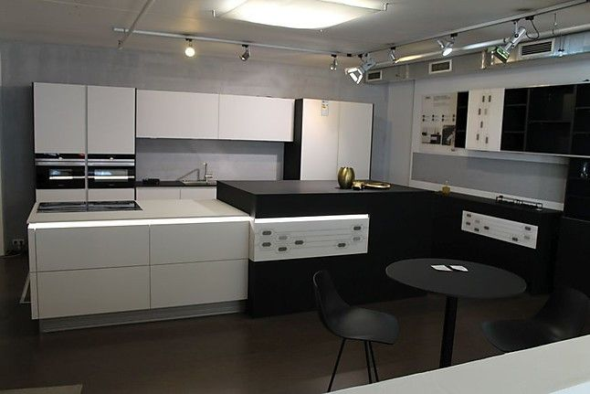Klassische Schwarz Weiss Kuche Mit Grossem Inselblock Und Zusatzlichem Wohnelement In Feiner Fenix Oberflache In 2020 Decor Home Decor Kitchen