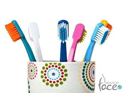 Hoje vamos dar algumas dicas de como você pode como cuidar da sua escova de dentes. Sabia que é preciso higienizá-la regularmente? Entenda a importância de deixá-la sempre limpa e desinfetada para ser utilizada sem perigos de contrair algumas doenças. Pesquisas sempre apontam a presença de fungos e vários tipos de bactérias inclusive coliformes fecais nas escovas de dentes. As escovas também podem servir como reservatório para a transmissão direta de microorganismos causadores da hepatite B…