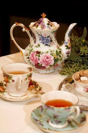 the different teacups are such a nice touch...I could let each guest choose fro my teacup stash!